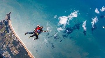 Fallschirmsprung in Cairns und Mission Beach gehört zu den Top 10 Aktivitäten in Queensland