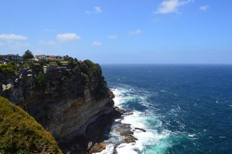 Finde die Gravuren der Ureinwohner im Kalkstein der Kliffküsten